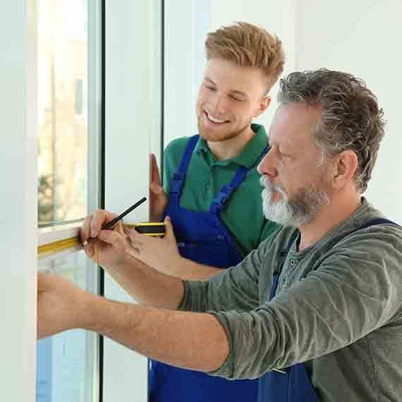 poseurs prise de mesure dans maison travail méticuleux dans la bonne humeur